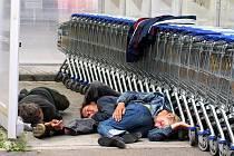Na parkovišti jednoho z chebských obchodů se zákazníci podivovali nad zvláštní polohou tří spících bezdomovců. Mnozí lidé se začali obávat, zda jsou všichni v pořádku. Bezdomovce naštěstí ruch probudil, a tak mohli zákazníci v klidu odejít.