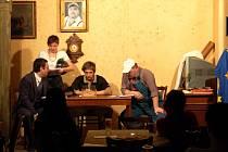 PŘEČETLI HRU. Scénické čtení divadelní hry Ať žije Bouchon! předvedli Jindřich Skopec, Diana Toniková, Petr Konáš a Jan Vápeník (zleva) ze západočeského divadla v Chebu.