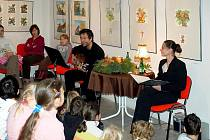 Pohádkové čtení v galerii si užívají i dospělí.