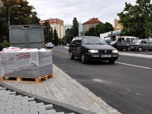 PALACKÉHO ULICE v Chebu je už téměř hotová. Stavebním dělníkům už zbývá dokončit okraje chodníků a místa pro uložení popelnic a kontejnerů na odpad.
