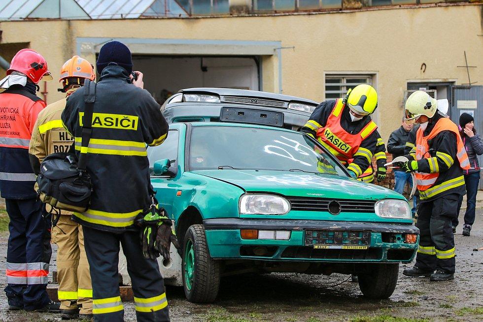 Vozidla si jednotky slavnostně převzaly po skončení oblastní soutěže ve Skalné. Šest jednotek dobrovolných hasičů a tři profesionální sbory závodily ve vyprošťování osob z havarovaných vozidel.