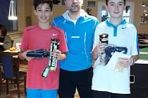 Vítěz tenisového turnaje v chebské tenisové hale  Michal Bureš (vlevo), vedle něj rozhodčí Martin Kroupa a zcela vpravo je Jan Jadlovský, který skončil druhý.