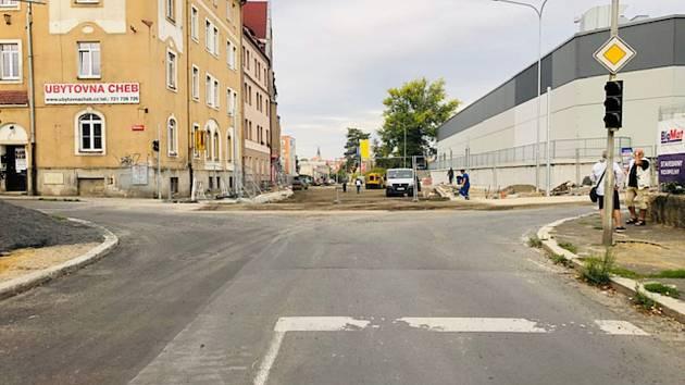 Na základě podnětů mnoha občanů i firem, kterým uzavření celé ulice Pivovarská v Chebu značně komplikovalo život, bylo před několika dny vedením města vyvoláno jednání na Karlovarském kraji. Ulici se podařilo částečně zprůjezdnit.