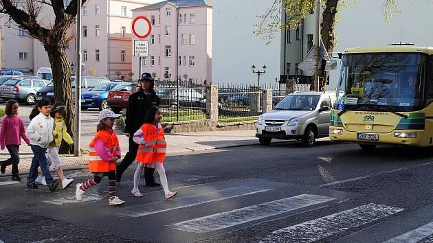 Chebská policejní preventistka Martina Hrušková učila prvňáčky ze 2. ZŠ Cheb, jak mají správně přecházet přes ulici.
