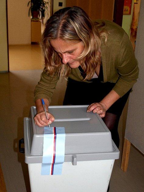 Plenta, znak, volební urna, orazítkovat obálky, zapečetit volební urnu, ... Vše je na svém místě a volební místnosti se tak občanům mohly úderem páteční 14. hodiny otevřít.