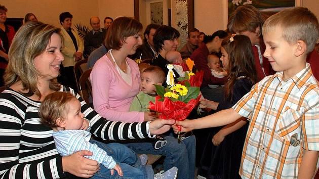 Na závěr dostla každá maminka kytičku