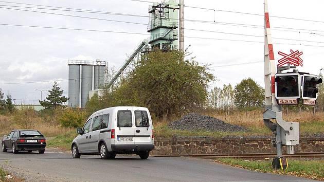 NEFUNGUJÍCÍ závory u železničního přejezdu se na Chebsku neobjevily poprvé. Už jednou se museli řidiči spoléhat na své smysly v místě, kde na to nejsou zvyklí. Stalo se tak u Hradiště (na snímku) a nyní u Františkových Lázní.