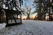 Zimní procházka lesem z tuhnické Brožíkovy ulice k vyhlídce Na Skalce, ze které se naskytne výhled na Krušné hory a část Karlových Varů, především dostihové závodiště v městské části Dvory.