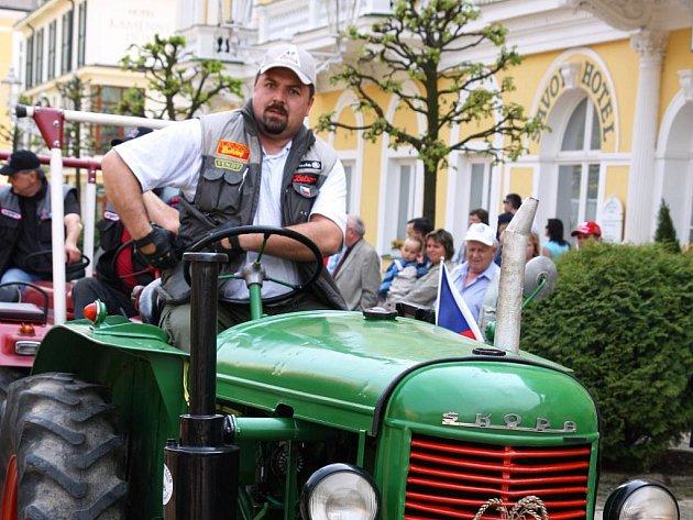 Traktor klub (TK) Luby - Skalná, který má v regionu řady příznivců, pořádá poslední letošní program pro členy i vítané hosty ´Rozloučení se sezonou´.  S předsedou TK Romanem Kubincem Deník hovořil nejen této akci.