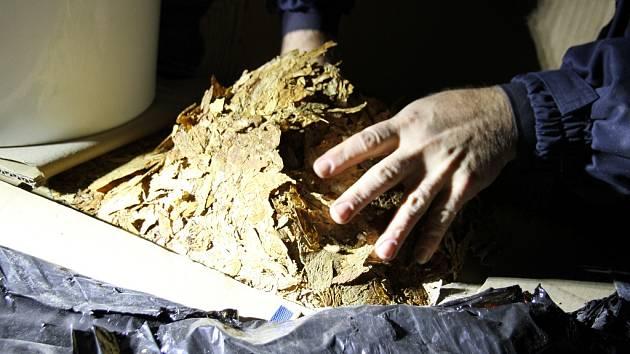 Přes sedm tun nezdaněného tabáku zajistili celníci v Chebu. Kromě toho našli i několik palet s přísadami a vonnými esencemi na výrobu tabáku do vodních dýmek, dózy na tabák, etikety a strojní zařízení na úpravu a aromatizaci tabáku.
