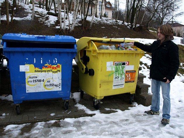 """NOVÉ SEPARAČNÍ HNÍZDO VZNIKLO také například v chebské ulici Gustava Noska. Občané jej hojně využívají. Místní si pochvalují, že jsou kontejnery na tříděný odpad blízko rodinných domů. """"Myslím, že teď už v ulici třídí odpad většina lidí,"""" konstatoval"""