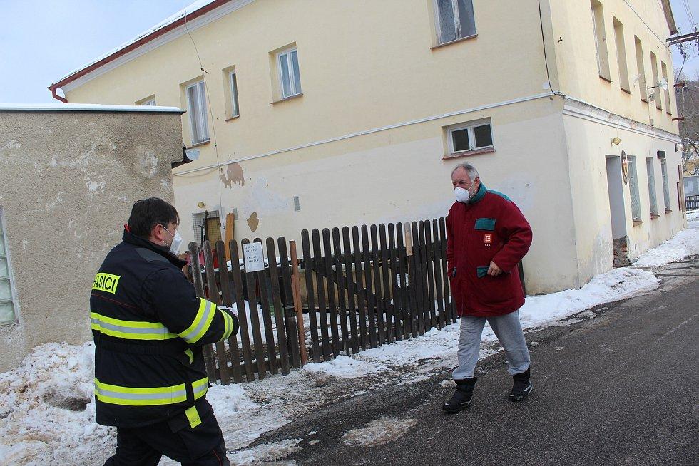 Roušky všem občanům Milíkova a přidružených obcí rozvezli dobrovolní hasiči už v sobotu dopoledne. Na pomoc státu obec nechtěla čekat, roušky pořídila sama.