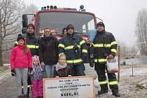 ČLENOVÉ Sboru dobrovolných hasičů Cheb Háje věnovali psímu útulku v Hraničné 8 tisíc korun. Následně vyrazili pejsky vyvenčit.