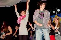 V ZÁVĚRU SUPERSTAR CESTA ZA SLÁVOU už řádili účinkující také mezi diváky. V popředí prožíval taneční kreace autor a režisér muzikálu Vojtěch Čmok.