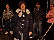 NAPOSLEDY mohli lidé z Chebska a okolí zpěváka Hynka slyšet na oslavě narozenin Rádia Egrensis, kde spolu s moderátory představil novou píseň.