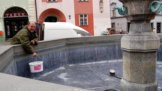 Poničená kašna na chebském náměstí Krále Jiřího