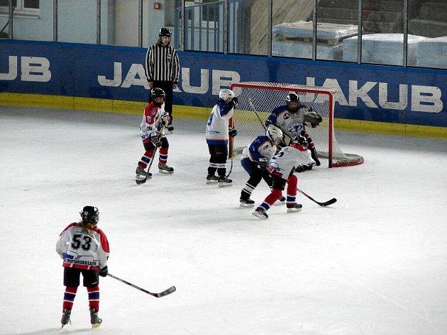 Hokejové utkání žáků 6. tříd Mariánských  Lázní a Litoměřic. Hrálo se v Litoměřicích a žáci Mariánských  Lázní vyhráli 11:2.