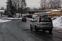Řidiči přezuli na letní pneu, napadl čerství sníh.