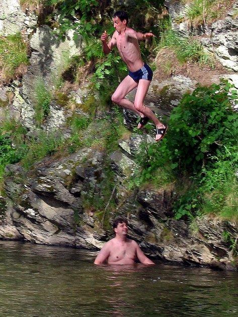 Nebezpečné soky do vody provádějí nejen nezbední školáci, ale také dospělí muži