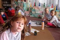 Děti z chebské mateřské školky na Zlatém vrchu se pilně připravují na pohádkový den