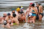 Vodní nádrž Skalka přilákala v letošním roce k už tradičnímu novoročnímu koupání celkem třiatřicet otužilců bez rozdílu věku.
