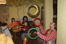 Děti z dětského domova Čtyřlístek v Plané si užily zábavné odpoledne ve Velké Hleďsebi. Klaun předvedl spoustu triků, které zaujaly menší, ale také starší děti.