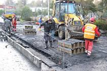 OPRAVA propustku Břehnického potoka v Chebu se musela prodloužit do konce měsíce z důvodu překladu plynu – středotlaku a vodovodu. Stavebníci se však pokusí uvolnit dopravu už příští pondělí.