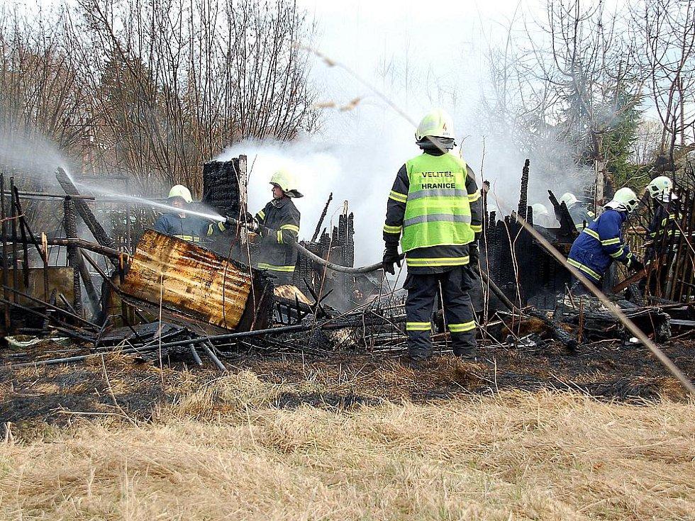 Požár zničil v sobotu v Aši tři budovy.