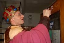 JEDEN Z KOLEDNÍKŮ Richard Polák při Tříkrálové sbírce napsal iniciály tří králů na dveře objektu redakce Chebského deníku.