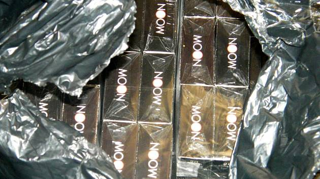 ROZTRŽENÁ ČERNÁ FÓLIE přivedla cizinecké policisty při kontrole restaurace na tržišti Dragon na stopu 162 kartonů cigaret opatřených padělanými kolky.