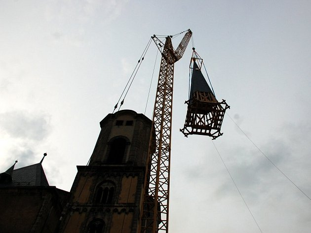 První novou věžní helmici se podařilo usadit ve středu večer. Velé akci přihlíželo několik stovek Chebanů