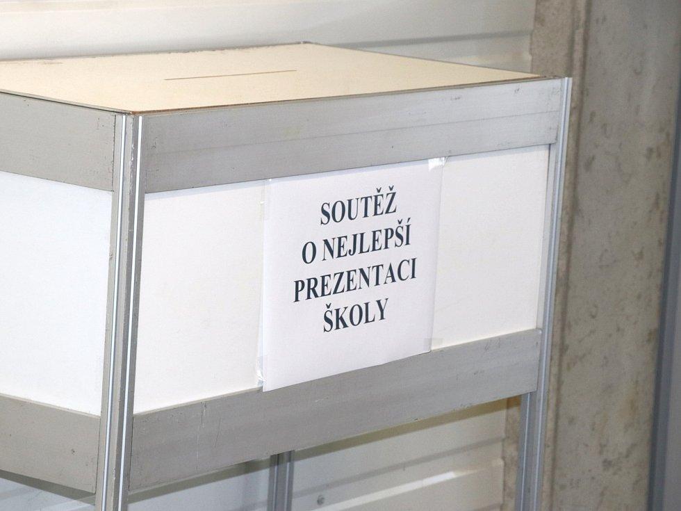 Integrovaná střední škola Cheb - Houslařská škola je nejen v České republice, ale i ve světě pojmem. A dokázala to i na soutěži Nejlepší prezentace škol, kde se stala absolutním vítězem.