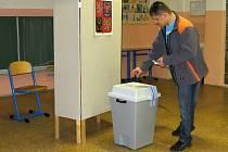 K volebním urnám dorazilo poměrně dost voličů i na chebském sídlišti Skalka.