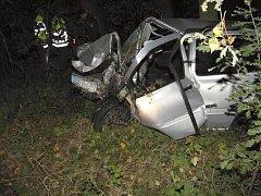 OSOBNÍ AUTOMOBIL řidič při dopravní nehodě u Františkových Lázní naprosto zdemoloval.