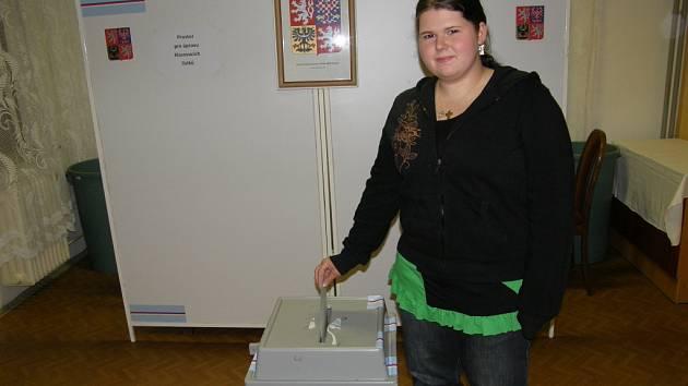 Také členka drmoulské volební komise si odvolila.