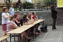 Děti skákaly na trampolíně. To byla jedna z věcí, která uchvátila caparty na pátém ročníku Pivního láznění v Mariánských Lázních, který byl plný hudby a občerstvení..