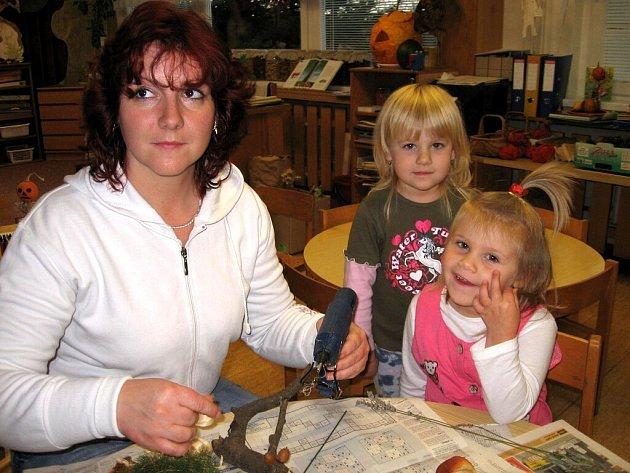 Děti vyráběly z přírodnin figurky lesních skřítků