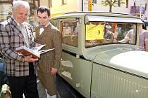 Jan Zachovský se synem vzpomínají nad albem fotografií na rekonstrukci vozu Škoda 422 z roku 1930