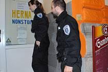 Strážníci MP Aš Jana Pecherová a Martin Kunta kontrolují dodržování vyhlášky o omezení provozní doby restauračních zařízení.