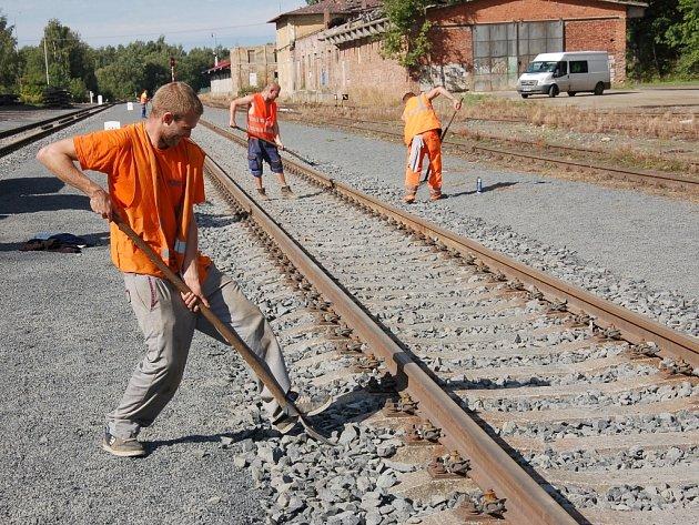 Už jen tři měsíce zbývají do dne, kdy se znovu zprovozní trať Aš Selb. Pracovníci Správy železniční dopravní cesty (SŽDC) tu nyní upravují poslední detaily na trati.