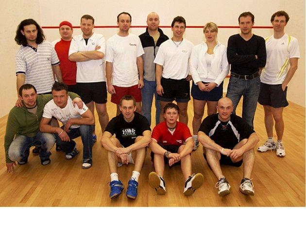 Účastníci squashového klání ve Sportcentru Cheb: Formánek, Postl, Mašek, Mochna, Denk, Kocourek, Polívková, Helcl a Jurič (stojí zleva), Stöckel, Skoupil, Slavíček, David a Lepší (vpředu zleva).