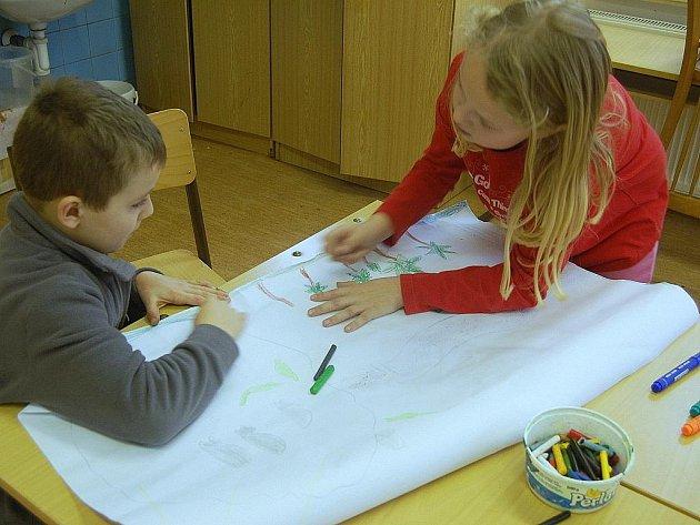 Výtvarný ateliér přilákal o víkendu do domu dětí a mládeže mnoho dětí. Podtitul výtvarných prací byl Afrika.