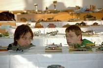 VIII. ročník Vojtova memoriálu v Chebu.  Martin Němec (vlevo) a Jakub Kaplan při zevrubné prohlídce soutěžních plastikových modelů na VIII. ročníku Vojtova memoriálu v Chebu.