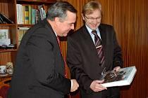 Velvyslanecký rada Jihoafrické republiky Wouters Zaayman (vlevo) při setkání s chebským starostou Janem Svobodou
