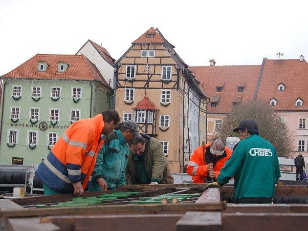Přípravy na největší vánoční trhy v regionu, které se chystají na chebském náměstí Krále Jiřího z Poděbrad, jsou v plném proudu.
