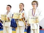 TŘI NEJLEPŠÍ z kategorie mláďat. Zleva třetí Denisa Pěnkavová (BC Mar. Lázně), Anna Sperova (TSV Altenfurt) a první Ondřej Schuster (BC Mar. Lázně).