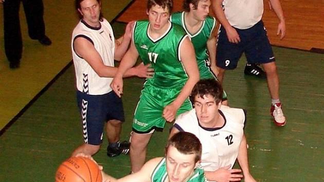VYROVNANÉ  skóre proti Sokolovu dlouho drželi muži Jiskry Aš. Zleva: Jelínek (č. 6), Semerák (č. 12), Bočan (č. 9) a Hadač (č. 4). Úplně vzadu: Dvířka.