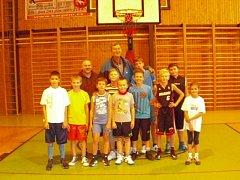 Postava Jiřího Zídka je zcela nepřehlédnutelná. Třetí zleva je trenér mariánskolázeňských basketbalistů Roman Gezo.