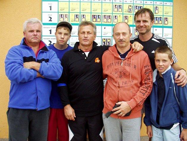 NEJLEPŠÍ TENISOVÉ DVOJICE. Zleva :  Bucancovi (2. místo) , P. Csorba a M. Matušek (1. místo) , Cintlovi (3. místo).