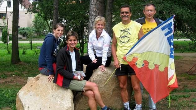 DVAKRÁT se na orientačních závodech u Čižic na Plzeňsku umístili na stupních vítězů mariánskolázeňští závodníci Jana Sklenářová mladší, Martina Kamarytová, Radmila Miturová, Jan Fišák a Jan Michalec (zleva).
